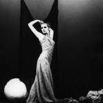Ksenija Hribar v predstavi Stranski prizor (Side Scene), koreografa Roberta Cohana. Predstava je bila krstno predstavljena 2. septembra 1969, v Plesnem centru The Place, London na dan njegove otvoritve (podatki povzeti iz arhivskega gradiva Roka Vevarja).