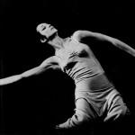 Foto iz predstave Tzaikerk (Večerne pesmi), koreograf Robert Cohan, London Contemporary Dance Group, krstno izvedene 10. oktobra 1967 v gledališču Adeline Genée, West Sussex, Velika Britanija (podatki povzeti iz arhivskega gradiva Roka Vevarja).